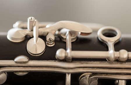 clarinete: Detalle macro cierre de las llaves de plata y las pastillas de un clarinete antiguo viejo Foto de archivo