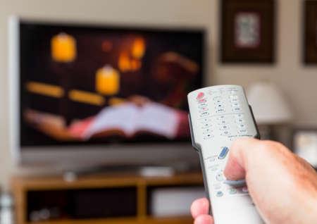 ver tv: Silver mando a distancia moderna se presiona con el pulgar con fondo desenfocado pantalla