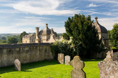 cotswold: St James Church and gateway to Campden house in old Cotswold town of Chipping Campden Stock Photo