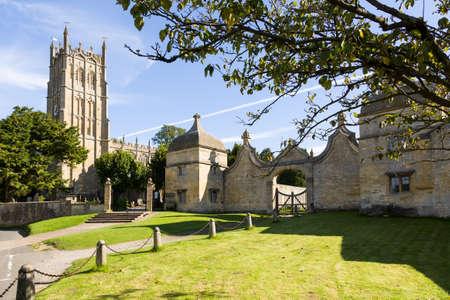 cotswold: Chiesa di San Giacomo e il gateway Campden casa nel centro storico di Cotswold di Chipping Campden