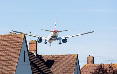contaminacion acustica: Aeropuerto de Heathrow, Londres - el 09 de septiembre: British Airways Boeing 777 enfoques Heathrow, el 9 de septiembre de 2012. Londres Heathrow es el tercer aeropuerto más ocupado del mundo.