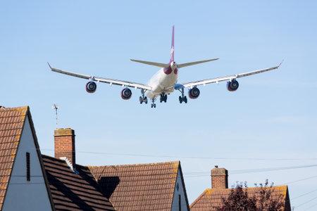 contaminacion acustica: Aeropuerto de Heathrow, Londres - el 09 de septiembre: Virgin Atlantic A340 se acerca a Heathrow, el 9 de septiembre de 2012. Londres Heathrow es el tercer aeropuerto más ocupado del mundo.