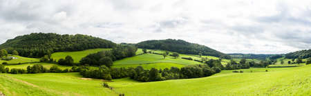 フォア グラウンドで緑の野原と北ウェールズの田舎の広いパノラマ