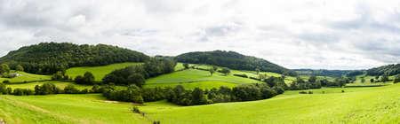 Amplio panorama del campo en el norte de Gales con el campo verde en primer plano