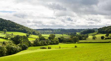 フォア グラウンドの緑のフィールドと北ウェールズの田園風景の広範なパノラマ
