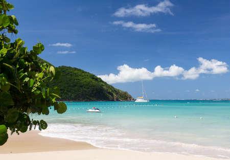 Anse Marcel pláž a lodě na francouzské straně St Martin Sint Maarten Karibiku