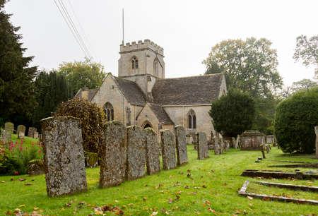 cotswold: Chiesa di Minster Lovell nel villaggio di Cotswold con cimitero