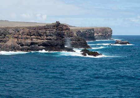 Las rocas volcánicas y navegar por la costa de las islas Galápagos