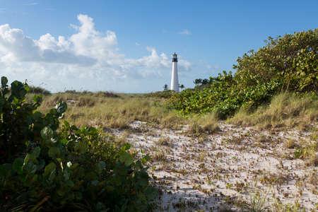 key biscane: Cape Florida Lighthouse y linterna en Bill Baggs State Park en Key Biscayne Florida Foto de archivo