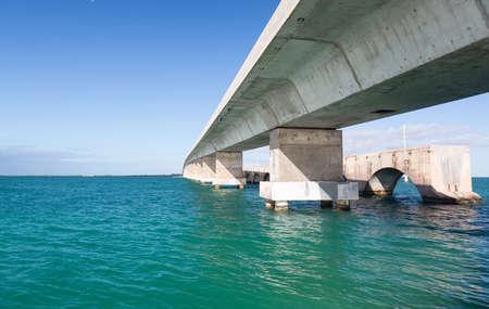 Betonnen brug en gebroken erfgoed parcours in Florida Keys door Route 1 Overseas Highway