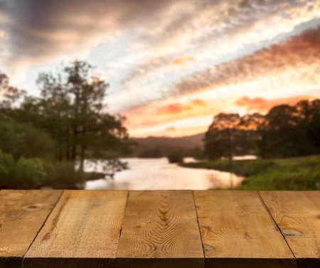 木製の桟橋や通路または背景としてイギリスの湖水地方のイメージぼやけと古い木製テーブル