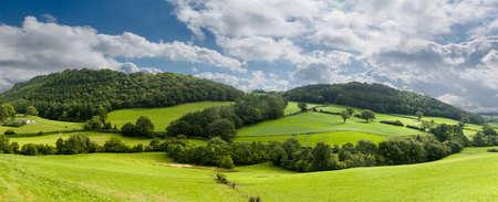 Brede panorama van het platteland in Noord-Wales met groene veld in de voorgrond