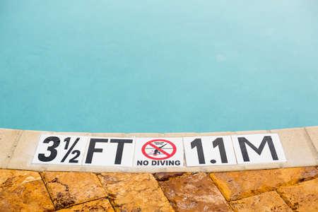 ないダイビング ブルー プールの端に 3.5 フィートの深さを示す記号