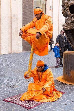 levitacion: ROMA, Italia - 27 de enero: faquires indios que realizan truco de levitaci�n en Roma el 27 de enero de 2013.