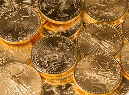 金のスタック イーグル 1 トロイオンス黄金米財務省のミントからコイン 写真素材 - 18662702