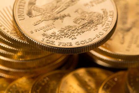 lingotes de oro: Pilas de oro águila una onza troy de monedas de oro del Tesoro de EE.UU. menta