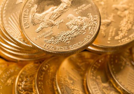 金のスタック イーグル 1 トロイオンス黄金米財務省のミントからコイン 写真素材
