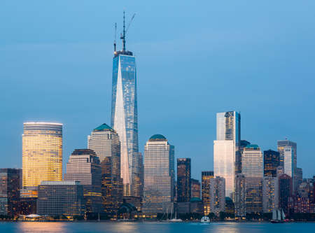 Skyline of lower Manhattan of New York City from Exchange Place at night with World Trade Center at full height of 1776 feet May 2013 Imagens
