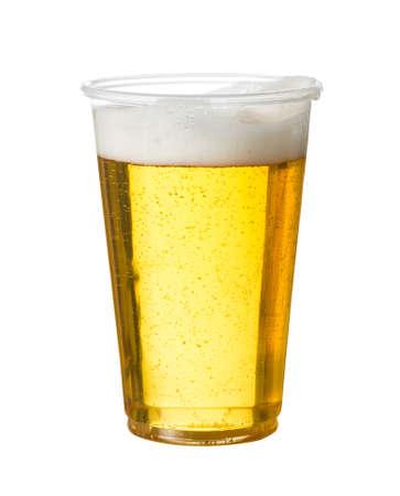 vasos de cerveza: Cerveza de oro, ale o lager en un vaso desechable de pl�stico o vidrio para el concierto de las partes o en la piscina para la seguridad Foto de archivo