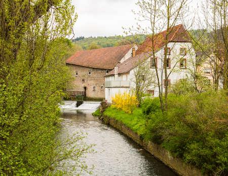 molino de agua: Molino de agua r�o arriba del viejo puente de arco sobre el r�o Grunbach en el sur de Alemania