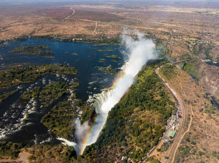 zimbabwe: Victoria Falls (o Mosi-oa-Tunya - el humo que truena) cascada en el sur de África en el río Zambeze, en la frontera de Zambia y Zimbabwe. Imagen aérea tomada desde helicóptero