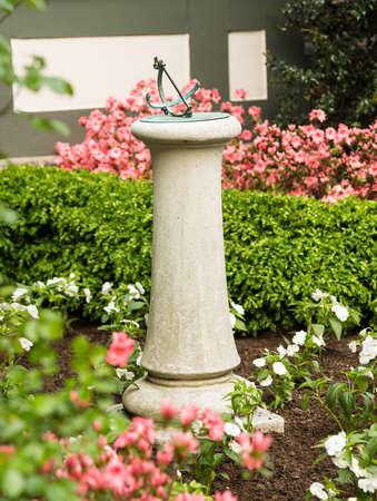 reloj de sol: Hormigón o piedra de bronce reloj de sol en el jardín de jardín de casa vieja