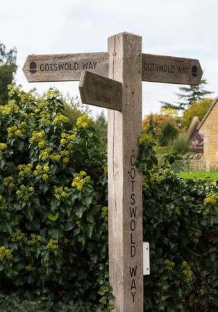cotswold: Cartello di Cotswold Way percorso di lunga distanza in Cotswold o distretto Cotswolds dell'Inghilterra meridionale in autunno.