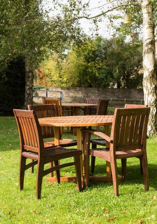 Mesas y sillas de jardín en Inn en Cotswolds Cotswold o distrito del sur de Inglaterra en el otoño. Foto de archivo - 22892013