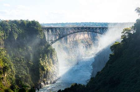빅토리아 폭포 (또는 모시-OA-Tunya - 스모크 천둥) 잠비아와 짐바브웨의 국경에서 잠 베지 강 남부 아프리카에서 폭포. 이미지 폭포의 잠비아 측면에서  스톡 콘텐츠
