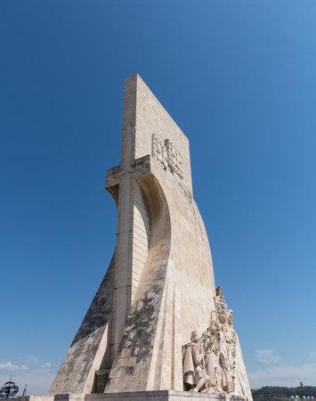 discoverer: Padrao dos Descobrimentos o monumento a los Descubrimientos y la estatua conmemorativa en Belem, cerca de Lisboa Portugal. Escultor fue Leopoldo de Almeida