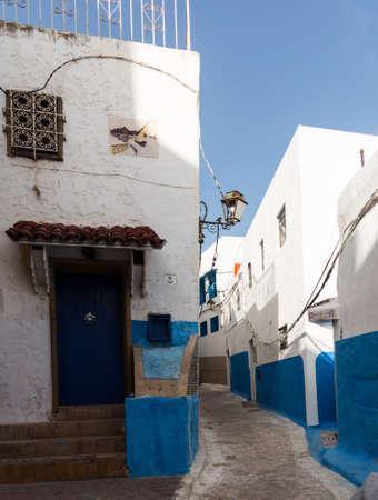 Schmale Straße oder Pfad in der Medina oder Altstadt von Rabat in Marokko mit blauen und weißen bemalten Häuser Standard-Bild - 23730744