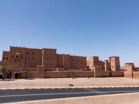 Kasbah Taourirt Ouarzazate im Osten. Ouarzazate Spitznamen der Tür der Wüste, ist eine Stadt und Hauptstadt der Provinz Ouarzazate in der Souss-Massa-Draa des südlichen Zentral-Marokko. Standard-Bild - 23711761