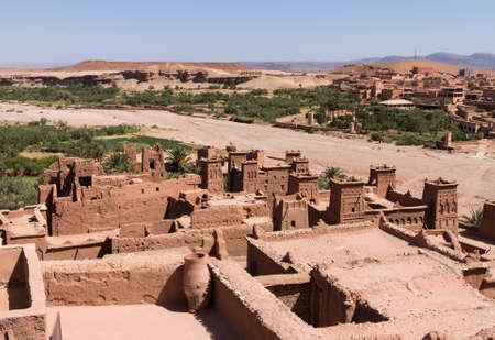 Kasbah Taourirt Ouarzazate im Osten. Ouarzazate Spitznamen der Tür der Wüste, ist eine Stadt und Hauptstadt der Provinz Ouarzazate in der Souss-Massa-Draa des südlichen Zentral-Marokko. Standard-Bild - 23730756