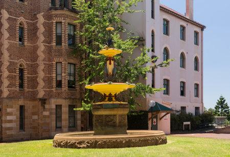 ruiseñor: Fuente dedicado a Robert Brough instalado en 1907 por Nightingale Ala de Sydney hospital. Creado en la fábrica Colebrookdale en Reino Unido e instalado cerca de la Nightingale Wing en 1907. El diseño consta de un grupo de brolgas coronada por cisnes negros dis