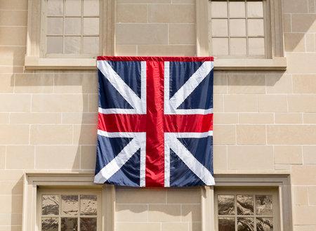 drapeau anglais: Old style anglais drapeau accroch� � l'ext�rieur historique Carlyle House dans le centre de la vieille ville d'Alexandrie en Virginie USA