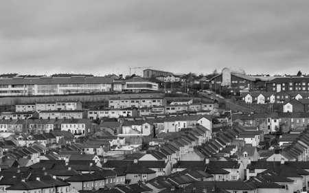 Gecomprimeerd uitzicht op de straten van rijtjeshuizen in Londonderry of Derry in Noord-Ierland op een bewolkte vochtige dag