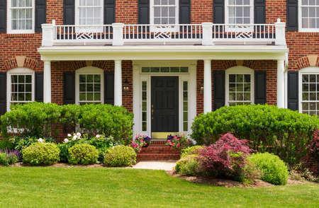 大規模な現代米国家暖かい日当たりの良い夏の日に芝生と庭園に玄関 写真素材