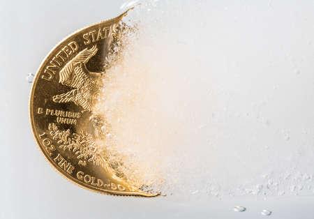 deep freeze: �guila de oro una moneda de onza que salen de un bloque de hielo congelado para ilustrar el concepto de oro que sale de Deep Freeze y el precio va a subir