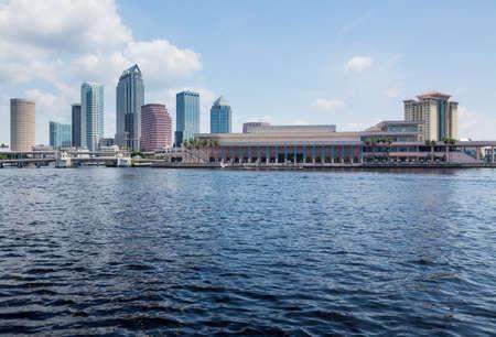 川岸にコンベンション センターとタンパでフロリダ州のスカイライン。夏に日中に撮影