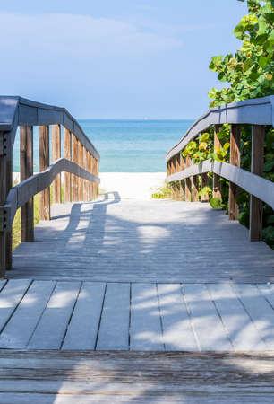 ile au tresor: Promenade en bois � l'oc�an AMOND avoine de mer sur Sunset Beach � la pointe sud de Treasure Island Floride sur le golfe du Mexique
