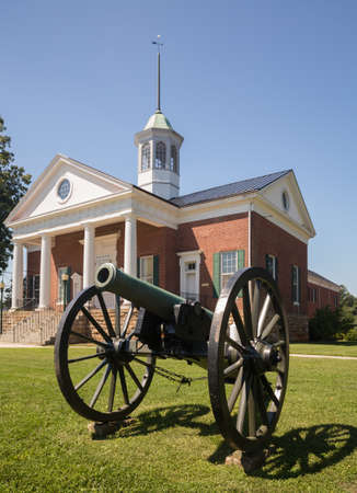 confederacy: County courthouse and memorial to confederate soldiers in Appomattox, Virginia, USA