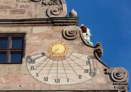 reloj de sol: Detalle del reloj de sol viejo en el lado de Fembohaus Stadtmuseum en Nuremberg, Alemania