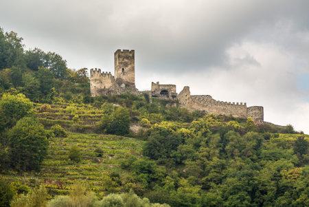 Ruïnes van Hinterhaus boven de stad Spitz, Oostenrijk Redactioneel