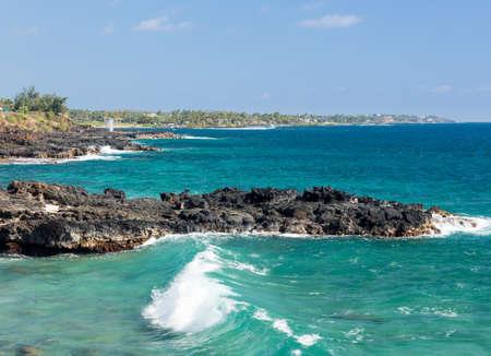 orificio nasal: Chorros de Hornos en la costa rocosa cerca de Koloa, Kauai en Hawai