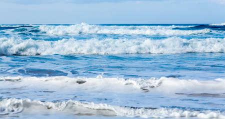 mare agitato: Mari tempestosi provenienti per la spiaggia in file parallele off Polihale Beach, Kauai, Hawaii