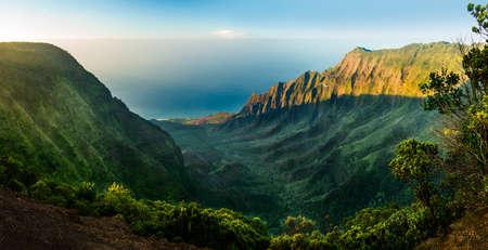 カララウビーチ, カウアイ島、ハワイでの HDR で撮影された日没としてカララウ渓谷高精細パノラマ