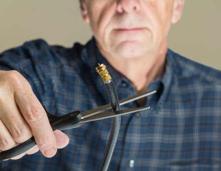 Cable network: Cortar la conexi�n del cable coaxial al conector que ilustra los jubilados cancelaci�n de servicio de televisi�n por cable