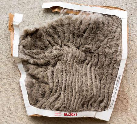 staub: HVAC Klimaanlage Filter verstopft mit Staub und Schmutz und fallen in Stücke nach nicht häufig gewechselt werden Lizenzfreie Bilder