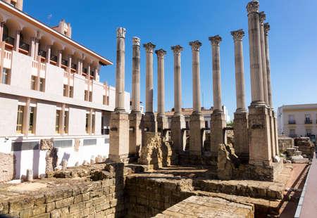 templo romano: Los restos de los pilares del antiguo templo romano en el centro de Córdoba, Andalucía, España Foto de archivo