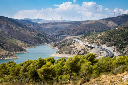 A44 autoroute of snelweg kruist Regels Reservoir Rio Guadalfeo als het loopt in noordelijke richting door de Sierra Nevada Mountains in Andalusië, Spanje Stockfoto